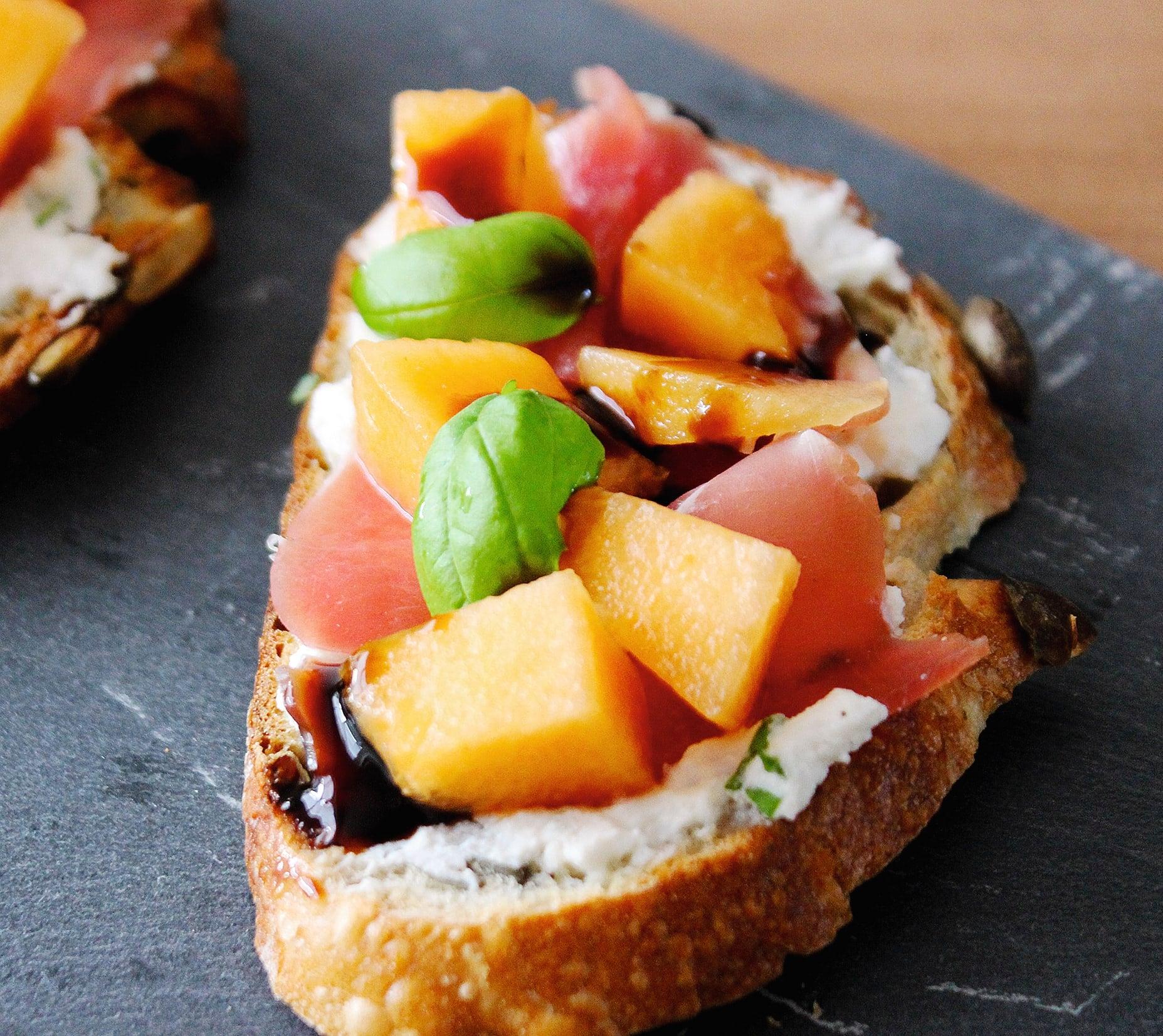 Photo de/du Tartines ricotta jambon cru melon basilic par WW