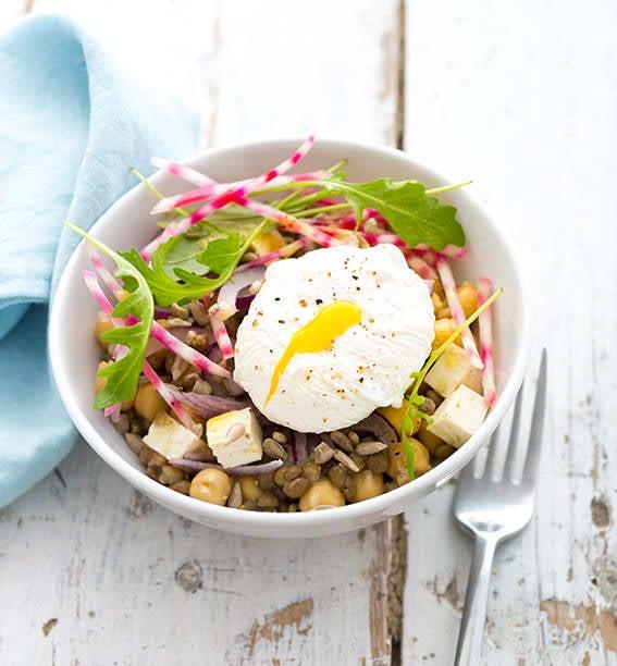 Photo de/du Salade de lentilles et pois chiches aux betteraves crues et œuf poché par WW