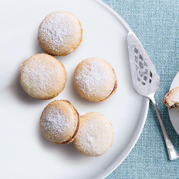 Photo de/du Macarons à la noix de coco fourrés à la crème au chocolat par WW