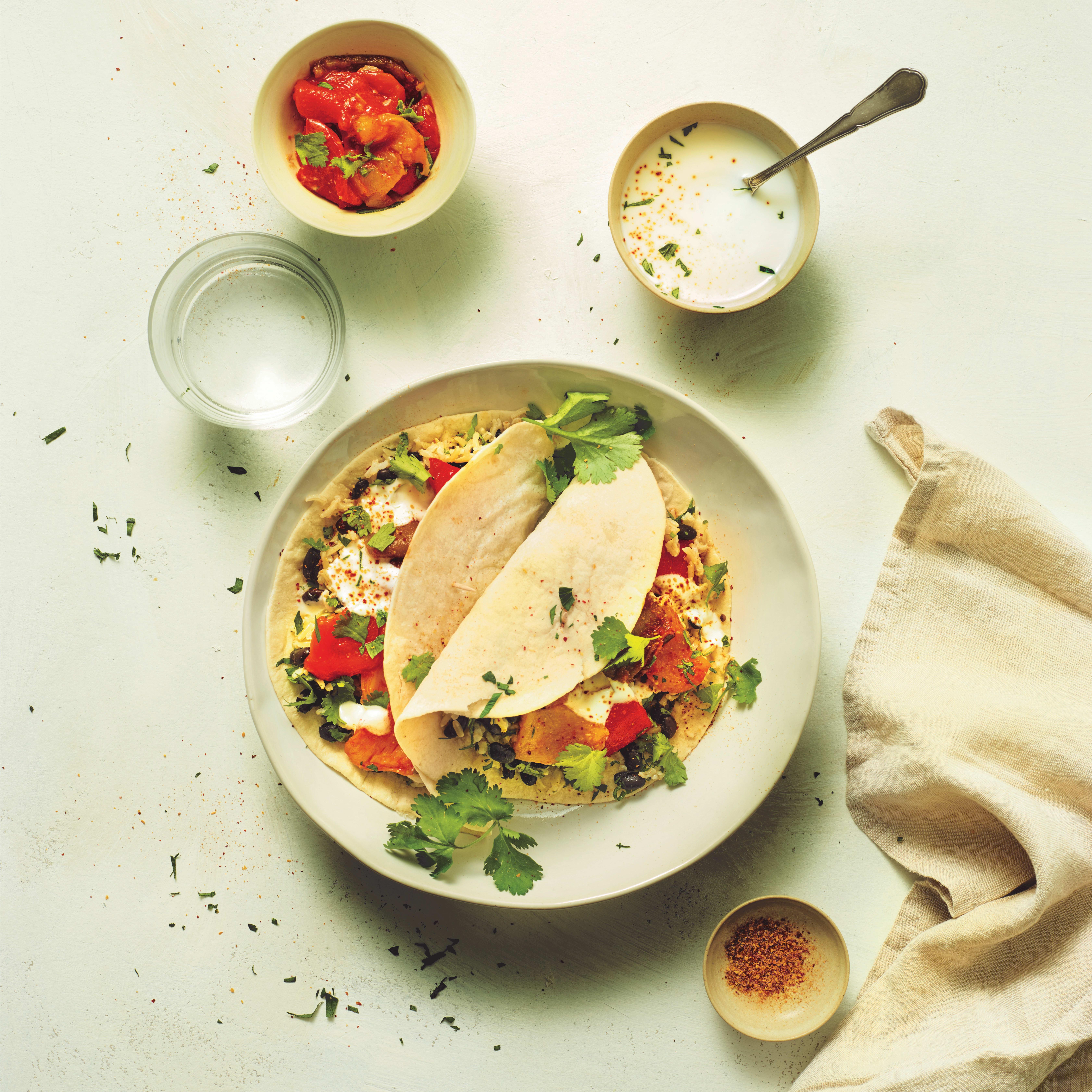 Photo de/du Burrito aux poivrons rouges avec haricots noirs, riz et sauce yaourt citron vert par WW